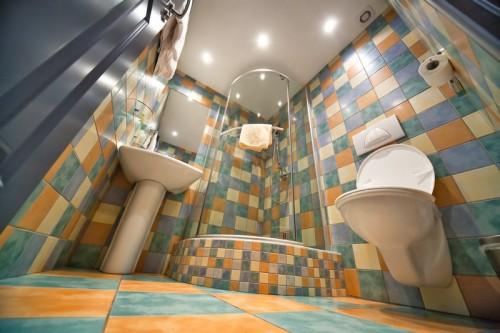 Příliš barevné koupelny již nejsou moc oblíbené, zdroj: shutterstock.com