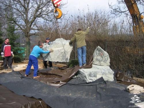 Práce s velkými kameny vyžaduje těžkou techniku, zdroj: zahradadvoracek.cz