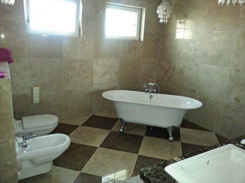 Koupelna z travertínu, zdroj: travert.sk