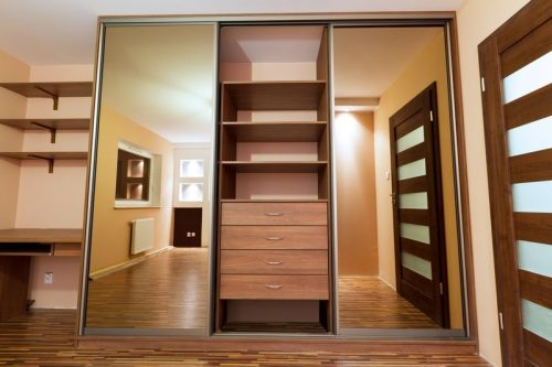 Vestavěné skříně dovolí využít váš prostor na maximum, zdroj: shutterstock.com