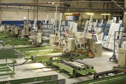 Poloautomatická výroba plastových oken, zdroj: oknoplastik.cz